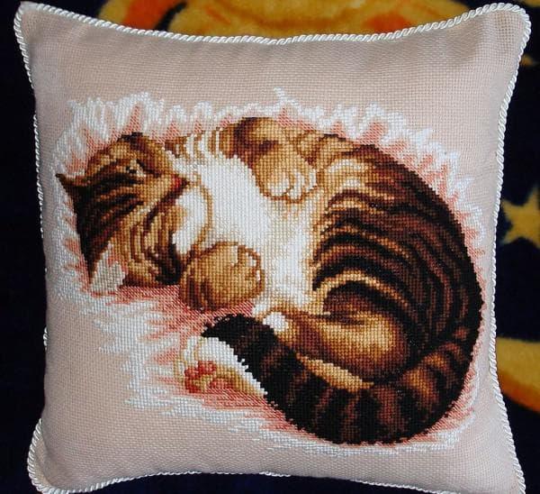 кот, вышитый на подушке