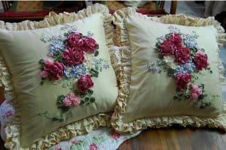 вышитые лентами подушки
