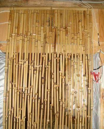 бамбуковые шторы выше дверного проёма