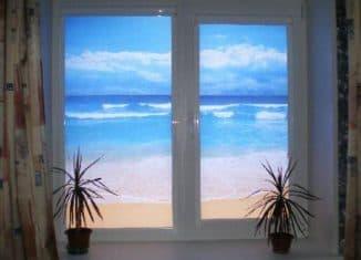 ролл шторы на пластиковые окна в виде океана за окном