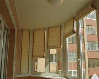 римские шторы на балкон закреплённые над окном