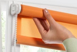 тканевые рулонные шторы очень легко устанавливать