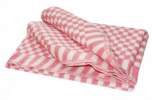 байковое одеяло красного цвета