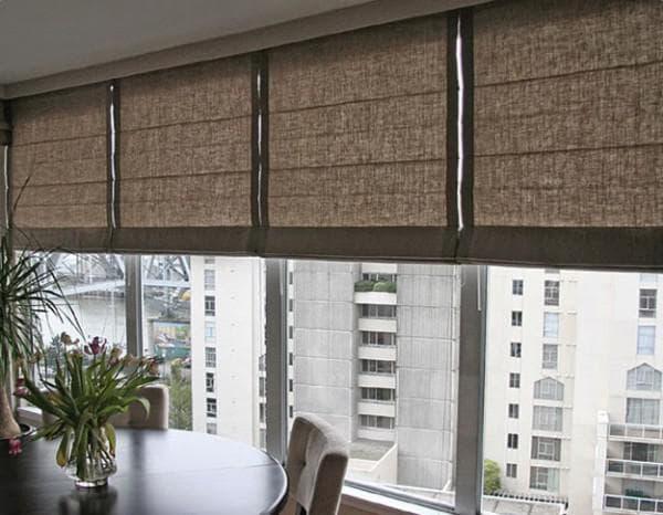 римские шторы над окном