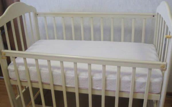 детский наматрасник в детской кроватке