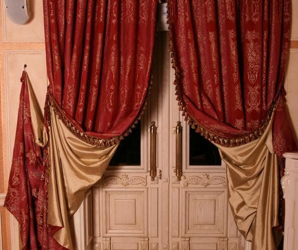 классические шторы в дверной проем