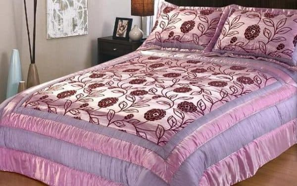 стёганое покрывало в сочетании с подушкой в один цвет