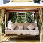Как выбрать подушки для садовых качелей