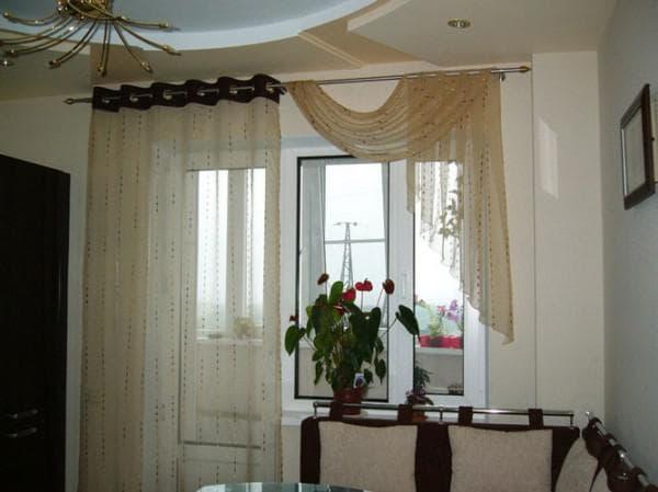 шторы с боковым подхватом на кухню с балконной дверью