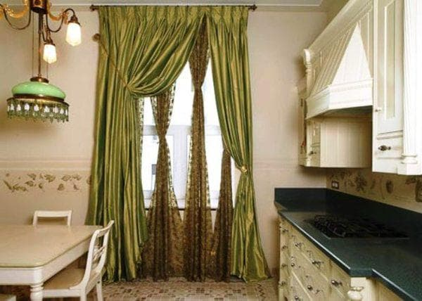 шторы с центральным подхватом на кухню с балконной дверью