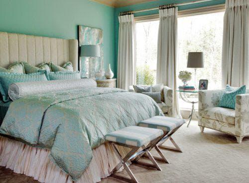 бирюзовое покрывало на кровать в светлых постельных тонах